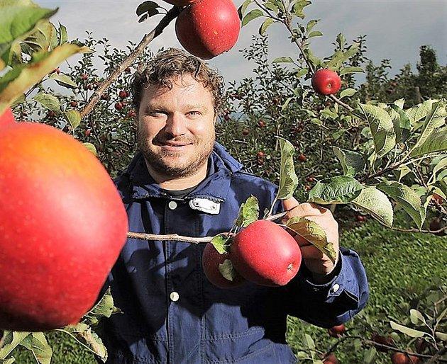 Produkce jablek závisí na mnoha faktorech. Tím nejvýznamnějším je pochopitelně počasí a farmář Richard se otom přesvědčil vpozitivním inegativním smyslu. Pro příklad nemusíme chodit daleko. Loňský rok byl úrodou mimořádný a desítky brigádníků (ovoce tr