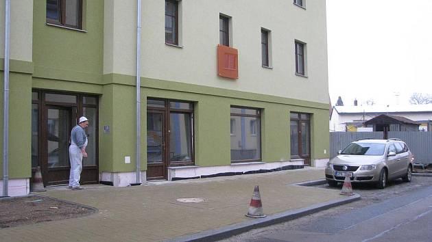 Rokycanský hotel Bílý lev dostal na zeleno natřeného souseda. Horní tři podlaží zaujímají byty, většina  přízemí je naproti tomu vyčleněná pro obchody. Včera  ještě v objektu poslední stěny upravovali malíři a hned za nimi se činila uklízecí četa.