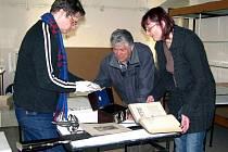 Muzeum dr.B. Horáka chystá dvě výstavy. Exponáty třídil Jan Lehner, Stanislava Volková a přihlíží výtvarník Petr Beran (uprostřed).