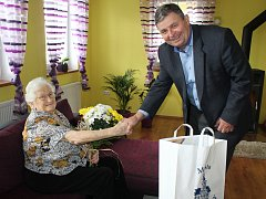 K VÝZNAMNÉMU životnímu jubileu 95 let přišel Anně Bílkové blahopřát také starosta Rokycan Václav Kočí.