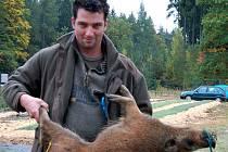 Zdeněk Vrána ze Skoupého pomáhal při sobotních barvářských zkouškách nedaleko Rokycan. Odnesl do lesa malé divoké prase, které museli psi dohledat.
