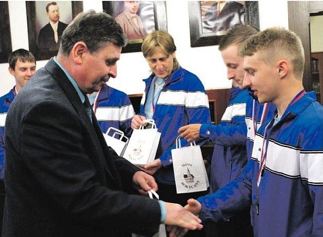 ROKYCANSKÝ STAROSTA Václav Kočí pozval na radnici mistry republiky v kuželkách. Právě přeje Michalu Pytlíkovi, za ním jsou Endršt, Honsa, v zákrytu Špelina, atd.