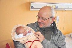 Marie ŠVECOVÁ z Rokycan si poprvé zakřičela na sále rokycanské porodnice 28. února ve 14 hodin a 4 minuty. Rodiče Libuše a Václav věděli dopředu, že jejich první dítě bude holčička. Maruška vážila při narození 2670 g, měřila 45 cm. Na fotce je s dědečkem.