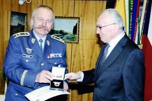 Šedesát let uplynulo, než si Karel Balej z Mýta (vpravo) mohl sáhnout na odznak vojenského pilota, který by mu podle výsledků právem náležel. Převzal ho až letos v prostorách Univerzity obrany v Brně z rukou generálmajora Ladislava Minaříka.