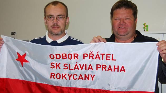 Vlastislav Veselý a Petr Havrilec (zleva) se pochlubili vlajkou rokycanské odbočky odboru přátel SK Slavia Praha.