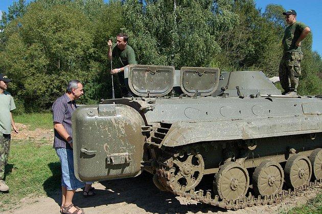V Muzeu na demarkační čáře prožili v sobotu letní party zaměstnanci holoubkovské společnosti Olbrich. Mezi zážitky patřila jízda v bojovém vozidle pěchoty.