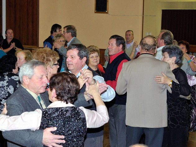 TANEČNÍ PARKET sálu Kulturního domu v Hrádku byl plný od začátku. První písně si nenechali ujít ani manželé Dezortovi (uprostřed v červené košili).
