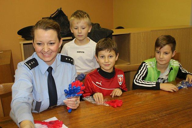POLICEJNÍ MLUVČÍ Hana Kroftová absolvovala včera besedu s malými fotbalisty FK Kohouti Rokycany. Tématem bylo dění na stadionech, zejména pak chování tvrdšího jádra příznivců.