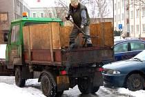 Do boje s náledím na ulicích se v pondělí podle plánu časové posloupnosti údržby pouštěli i pracovníci Rumpoldu – R – Rokycany.