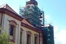 Dělníci rekonstruují věž a průčelí radnického kostela. Kostel se dočká i nové fasády, která bude barevností odpovídat původnímu stavu z 18. století.