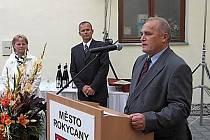 Po sametové revoluci byl Pavel Schwarz zvolen místostarostou Rokycan. Ovšem hned roku 1992 byl rodině navrácen obří ovocný sad ve Vanově (což je část Břas) a začínající politik musel funkci položit. Pomyslnou štafetu převzal syn Richard a jablka rozšířil