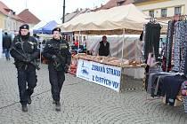 Policisté hlídají se samopaly náměstí v Rokycanech
