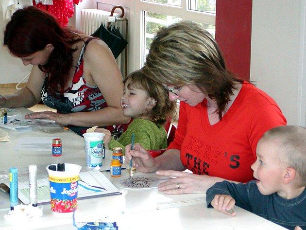 Maminky v klubu v Domě dětí a mládeže malovaly na hedvábí.
