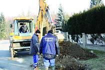 """Vodaři včera vyjížděli do Klostrmannovy ulice, kde opravovali prasklé potrubí o průměru 100 milimetrů. """"Závadu jsme objevili při preventivní kontrole vodovodního řadu, """" uvedl Milan  Mařík."""