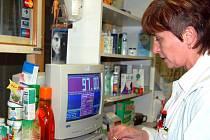 Na nápor pacientů se chystají v lékárně rokycanské nemocnice. Budou zde vracet 30 korun za recepty a Marie Hodková (na snímku) ví, že to bude administrativně  složité.