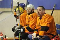 Hokejisté HC Strašice (vpravo Jan Lorenc) dokázali vydolovat v sobotu večer bod proti týmu Omega Plzeň.