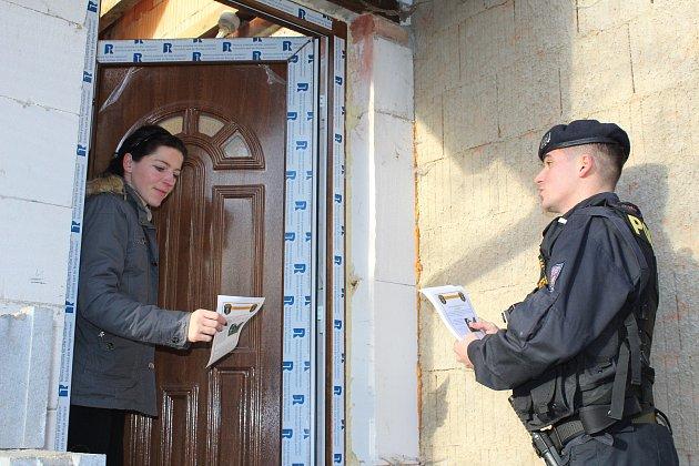 Hana Bialoňová zMěstské policie Mýto předávala včera obyvatelům chatových oblastí letáček sinformacemi, jak správě chránit rekreační objekty.