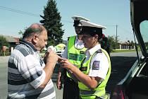 Policie na Rokycansku chytala motoristy. Ochránci zákona se vydali do terénu a posvítili si na řidiče. Kontrolovali zejména případné požití alkoholu před jízdou. Hříšník, (není na snímku) jemuž alkoholtester nenaměřil nulovou hodnotu, byl pouze jeden.