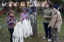 Hmatová zkouška patřila k disciplínám nachystaným v DDM pro účastníky oslavy Dne Země. Vyzkoušely si ji i Eliška Lavičková a Aneta Ivaničová, přihlížejí Martin Kadlec a Matěj Sűsser.