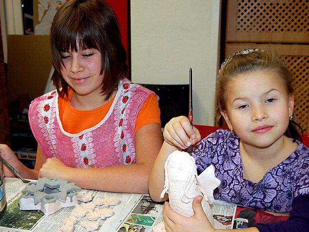 V rokycanském Domě dětí a mládeže se konala další keramická dílna. Týkala se i Bety Hráchové a Lucky Krajčiové (zleva).