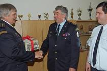 MILOŠ SVOBODA (uprostřed) je kromě funkce ve Zbiroze i místostarostou okresního sdružení hasičů. K 65. narozeninám mu v Mirošově poblahopřál šéf OSH Miroslav Frost a vpravo je další člen výkonného výboru Michal Štědrý z Týčku.