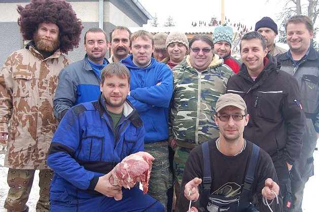 V Oseku se skupinka šestnácti kamarádů podílela na zabíjačkových hodech. Kusy vepřového drží vepředu Roman Budín s Lukášem Ďuranem a za nimi se seřadila většina kolegů.
