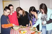 Svými autory se po absolvování kurzu zdravé výživy pochlubili Denisa Roučková, Aneta Šteklová, Denisa Krejčová, Irena Rothová a Patrik Pur ze 7. třídy rokycanské ZŠ ulice Míru.