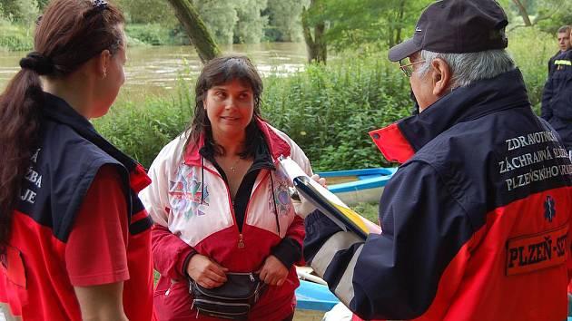 Dramatické okamžiky v Berounce zažila v pátek večer Miroslava Holíková z Bezdružic (uprostřed). Přece jen se dostala na břeh a divila se, že kvůli ní vyrazili do akce hasiči, policisté i zdravotníci.