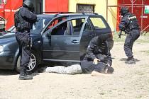 Policisté přijali pozvání k oslavě 125. narozenin sboru dobrovolných hasičů ve Skořicích. Ve vedru předvedli dopadení pachatelů a věnovali se i útoku psa.