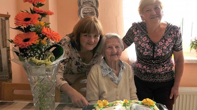 VNUČKA Pavlína Uzlová, oslavenkyně Růžena Boučková a její dcera Růžena Kučerová na společné fotografii.