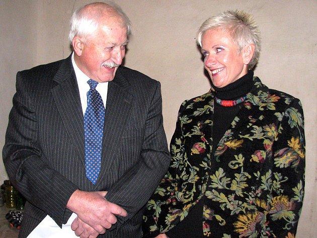 Známá zpěvačka Irena Budweiserová neodolala pozvání  krajanů  a  našla  si  čas, aby  v  Mýtě  vystoupila.  Na  snímku v rozhovoru s místostarostou Janem Auingerem.