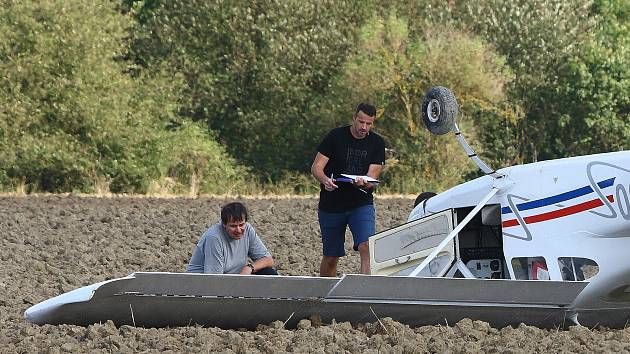 Nouzové přistání letadla na poli u Rokycan.
