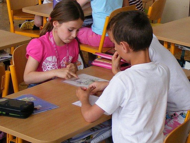 Více než čtyři sta dětí z jednadvaceti druhých tříd základních škol na Rokycansku se zapojilo do preventivního projektu Policie ČR Ajaxův zápisník.