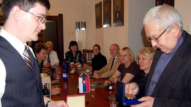 Gymnazisté z Trnavy jsou od úterka do pátku na návštěvě v Rokycanech. Devětadvacet studentů je ubytováno v rodinách svých kamarádů a doprovází je šest pedagogů. Šéf mise Róbert Jurík (vlevo) se s kolegy (prý účastníky zájezdu) setkal se starostou.