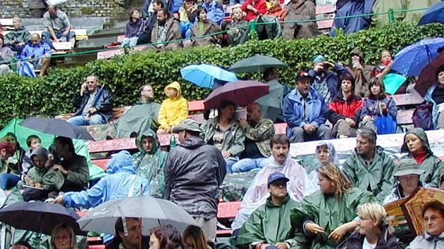 Hrádecká Muzika, která startuje dnes odpoledne, láká tisíce lidí. Vydrží však počasí a nezačne pršet? Nadšence ze všech koutů republiky ale nemůže déšť rozházet.