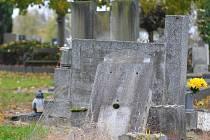 Poškozené hroby, často určené k likvidaci, lze nalézt i na hřbitově v Rokycanech.