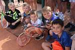 Více než dvacet účastníků tenisového kempu v Mýtě si zatrénovalo s Radkem Štěpánkem.