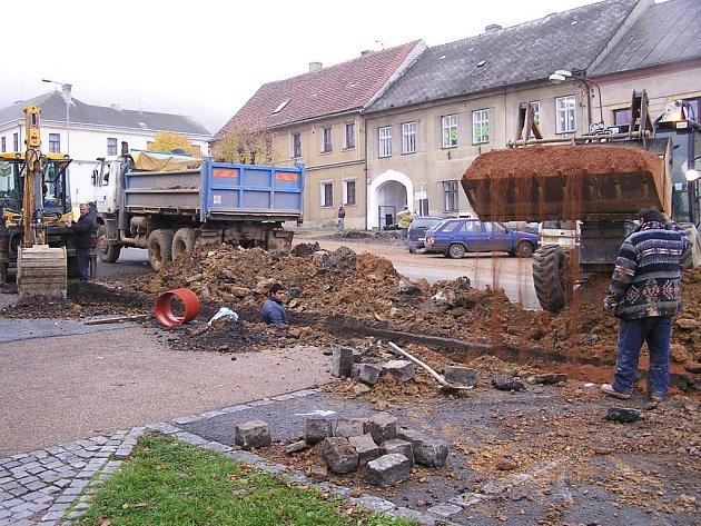 Pokládání kanalizace na zbirožském náměstí si vyžaduje pochopení občanů a souhru všech zúčastněných.