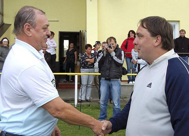 Pavel Huml (vlevo) přijal v sobotu večer gratulaci od představitele cheznovického klubu Petra Urxe.
