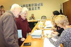 V Mýtě byl opět vytvořen jediný okrsek pro téměř dvanáct set voličů. V místnosti tedy bylo zpravidla plno a zamířili sem na kontrolu i policisté.
