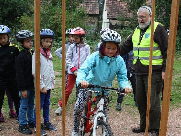 TEREZA LINKOVÁ z rokycanské devítiletky včera v Kamenném Újezdu vyzkoušela jízdu zručnosti. Pod vedením instruktora absolvovala slalom, průjezd mezi kužely a jízdu po prkně.