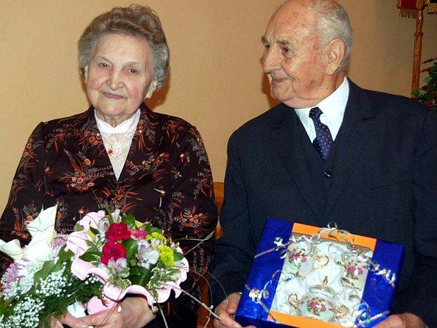 V Bušovicích slavli v sobotu diamantovou svatbu manželé Hrůzovi. Vychovali tři děti.