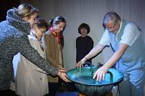 PO KONCERU na vodnářský zvon Tomáš Pfeiffer umožnil přítomným zblízka nástroj prozkoumat i si na něj sáhnout. Zájem byl obrovský.