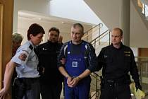 OKRESNÍ SOUD V ROKYCANECH uvalil vazbu na Rumuna, který podobal v Oseku svého kolegu. Těžké ublížení na zdraví bylo překvalifikované na pokus o vraždu.