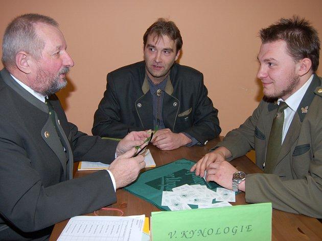 JIŘÍ POUR Z MIROŠOVA (vpravo) se zařadil mezi čtrnáct nových majitelů loveckého lístku. V sobotu úspěšně zvládl zkoušky ze sedmi předmětů a v oboru kynologie pro proklepl šéf okresního mysliveckého spolku Ladislav Fuchs (vlevo).