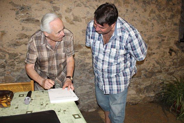 Zájemců o podpis knih Karla Sklenáře (vlevo) byla ve Zvíkovci  spousta.