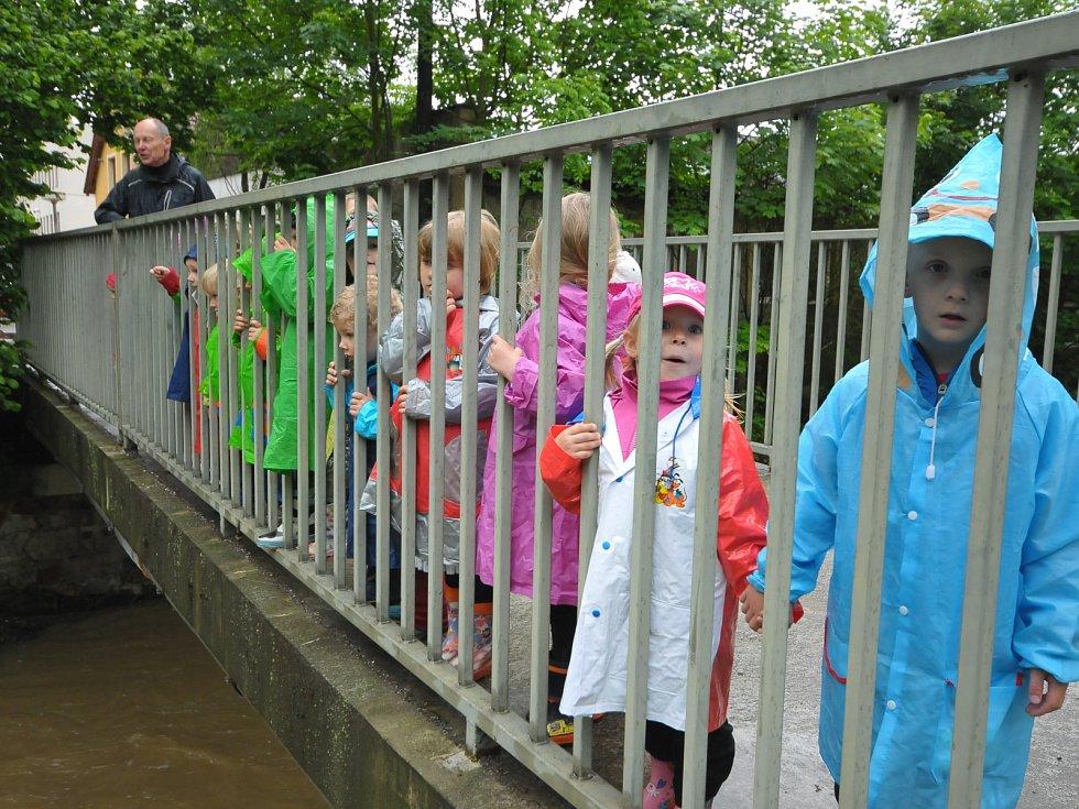 Děti z MŠ Slunečnice sledují velkou vodu, která protéká okresním městem