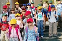 Cestou z obřadní síně do školy zapózovalo devatenáct malých Voldušáků svým rodičům.