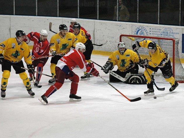 Ve středu v osmnáct hodin vypukne na rokycanském zimním stadionu  duel mezi HC DAG Rokycany (v tmavém je vpředu Šindelář, vlevo od něj Špaček) a Chrudimí.