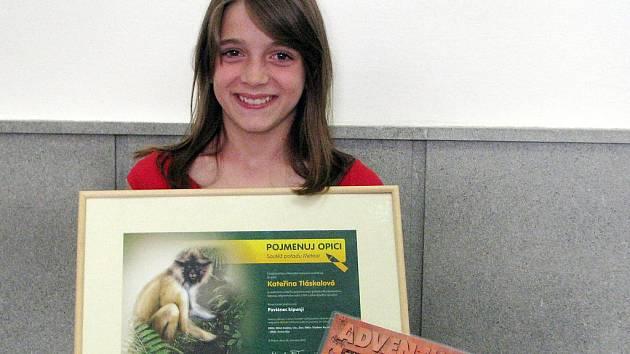 Kateřina Tláskalová – žákyně ZŠ Zbiroh – s osvědčením, že je autorkou českého pojmenování objevené opice.